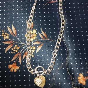 Chain chocker with heart pendent